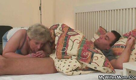 Un tip chel se uita la o fată blondă cu o cămașă roz și păr castaniu în anus pe canapea și covor. filme xxx cu femei gravide