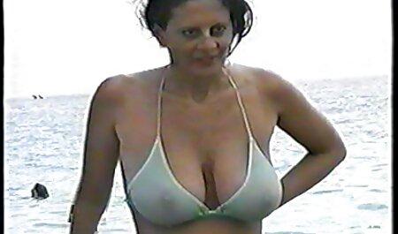 MILF cu țâțe mari pe spate și un maseur care mângâie o fantă jocuri porno online free Păroasă.