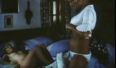 Vechea cățea a rupt chilotul și a tras-o în filme porno cu pozitia 69 vagin.