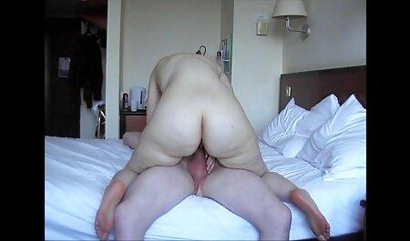 Blonda în fața camerei fumează filmeporno zoo și dansează în lenjerie sexy