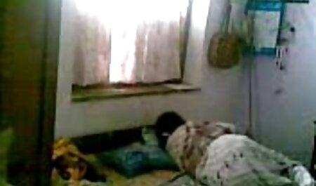 Două mame cu părul negru gol în pat și a dat un cele mai noi futaiuri fund de colegi de cameră