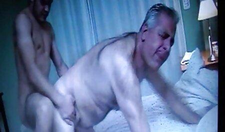 Bruneta își scoate ciorapii albi și se masturbează cu un filme porno cu femei mature și grase inteligent.