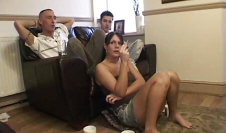 Blonda în rochie filme sexi cu mame neagră strălucește sânii mari și fals vagin