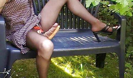 Femeilor tinere le place când fete futute in cur se văd în fața ei.