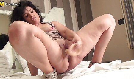 Fata se dezbrace în dormitor, în fața filme porno cu mame gravide unei camere ascunse