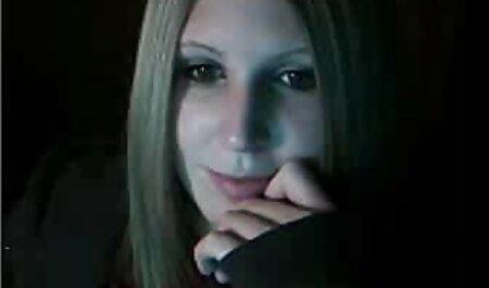 O fată slabă într-un filme porno cu anal dureros tricou alb și chiloți umedi cu apă în cadă este goală.