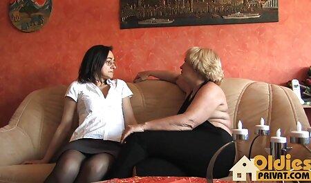 Bunica matură și-a sexi fete dominat nepotul și i-a dat o muie.