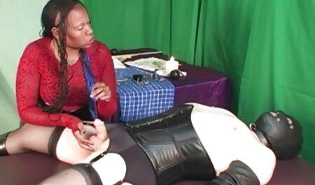 Bruneta in ciorapi cu un dureros sclav și o păsărică stând filme porno de calitate pe fata ei
