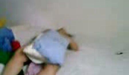 Tatuat om turnare o futacioase blonda pe canapea și nenorocit-o