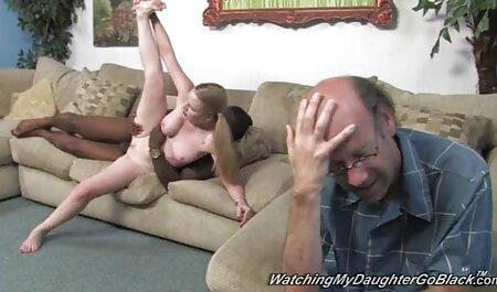 Bărbatul și-a prins Prietena cu un tatuaj pe coapsa ei pe cameră și și-a femei grase xxx frecat picioarele.