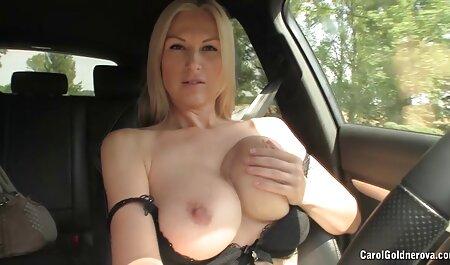 Draga bronzata arată sânii și picioarele prin porno cu siliconate chilot
